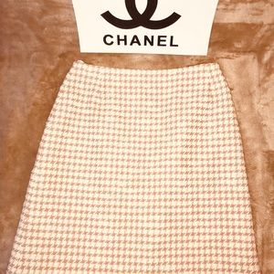CHANEL Boutique pink, tan & white tweed skirt; 34